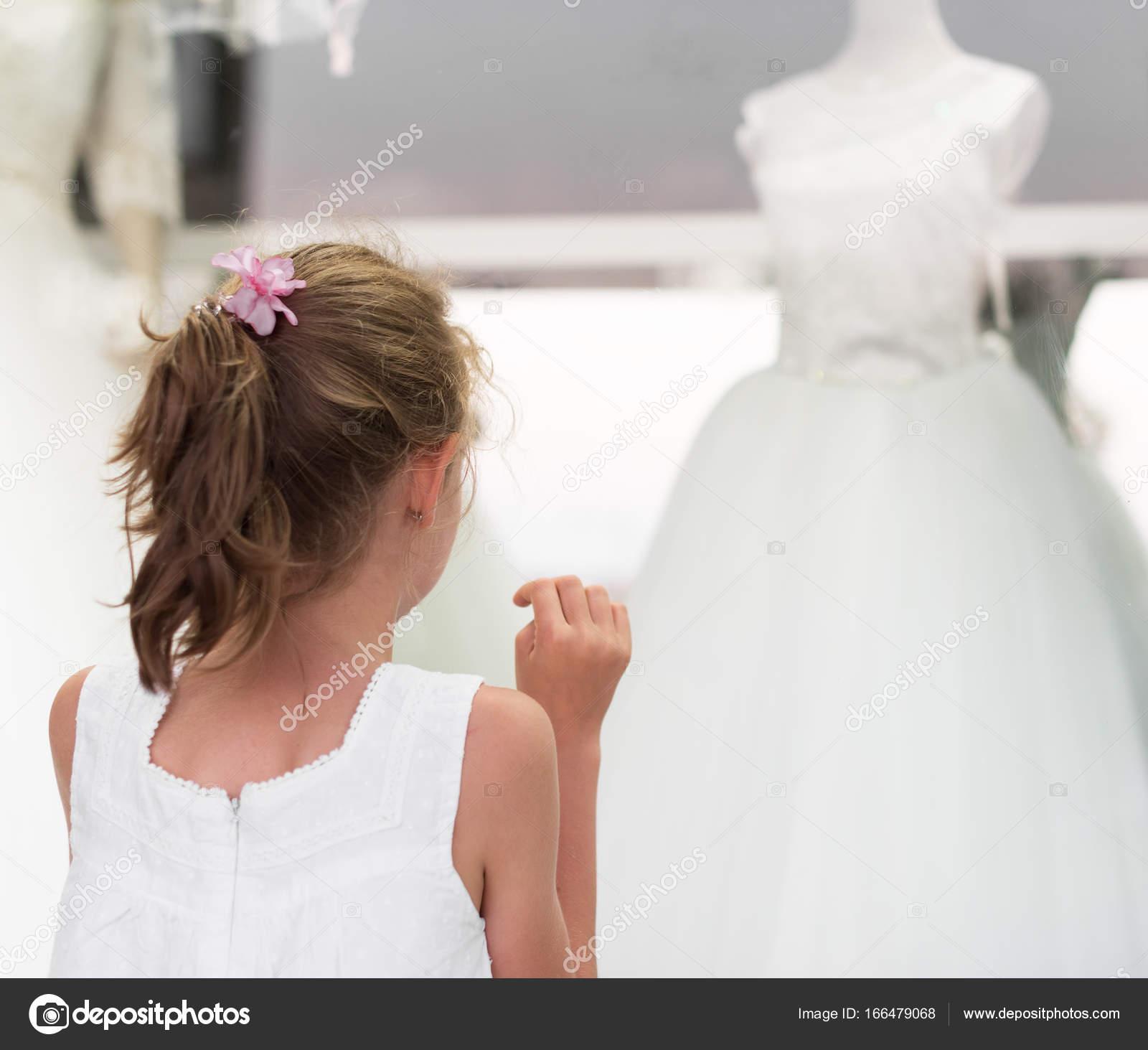 5e9999650fb Vestidos de niña mirando escaparate con boda — Fotos de Stock ...