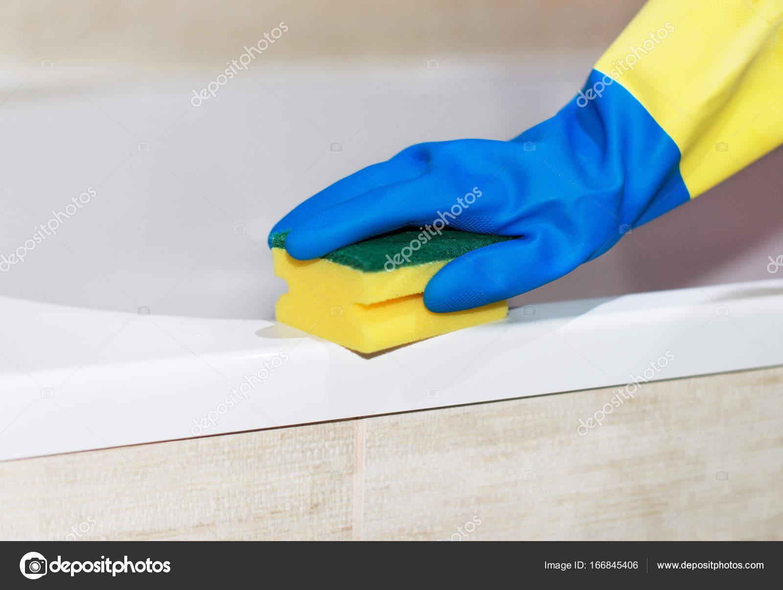 Pulizia della casa. Donna che pulisce una vasca da bagno — Foto ...