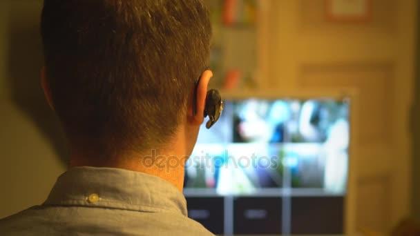 Bezpečnostní službu sledování videa v bezpečnostní místnosti. Zezadu