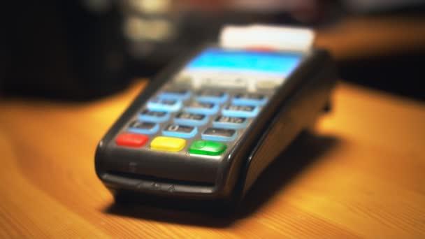 Kreditní karty terminál vytiskne šek.