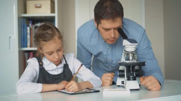 Kleines mädchen mit lehrer naturwissenschaftlichen unterricht mit