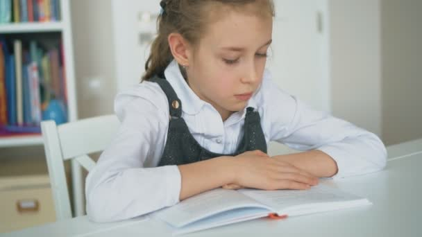Aranyos kislány a könyvével. Lassú mozgás.