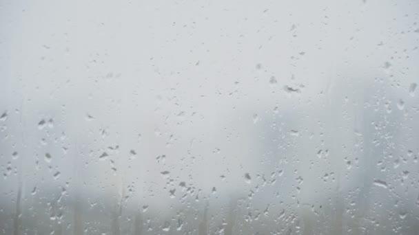 Regentropfen auf das Glas. Sturm auf der Straße.