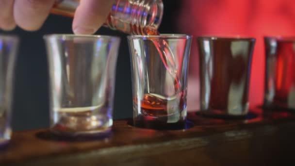 Štamprle s alkoholem v baru.