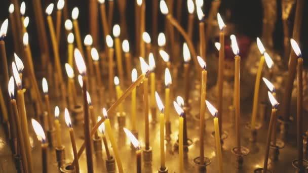 Lehké cresset kovovou svíčku v kostele