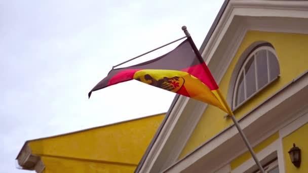 deutsche Fahne mit Wappen an der deutschen Botschaft.