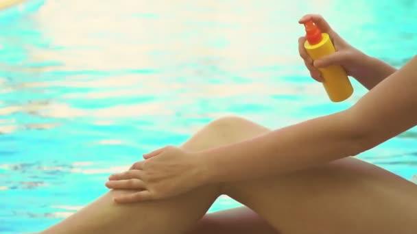 Nő alkalmazó naptej krém a lábát.