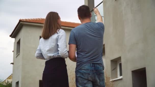 Arbeiter spricht mit Projektleiter-Entwickler über Hausprojekt.