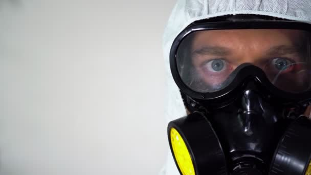 Mann in Schutzanzug und Maske.