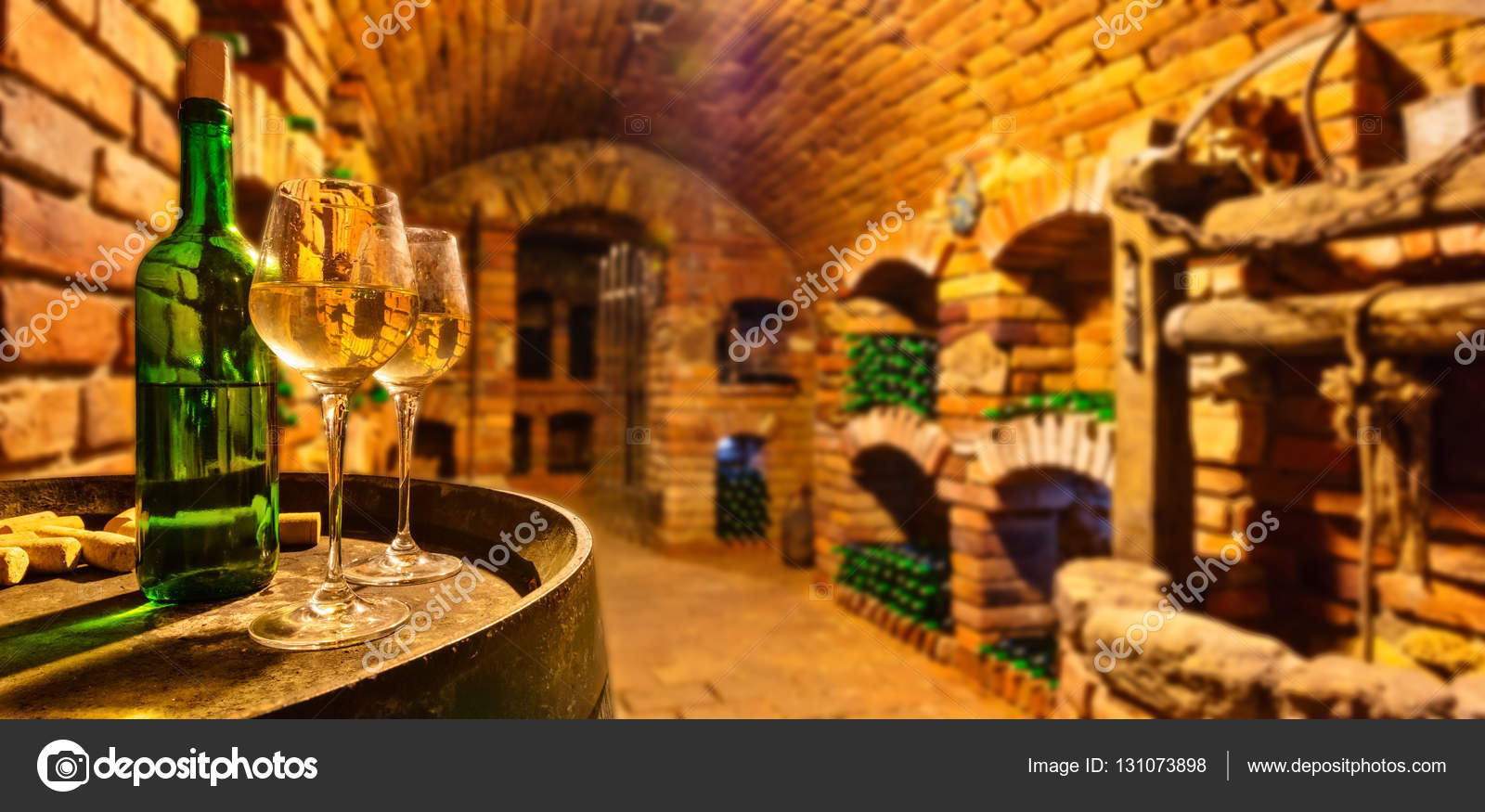 petite cave vin avec bouteille et verres de vin. Black Bedroom Furniture Sets. Home Design Ideas