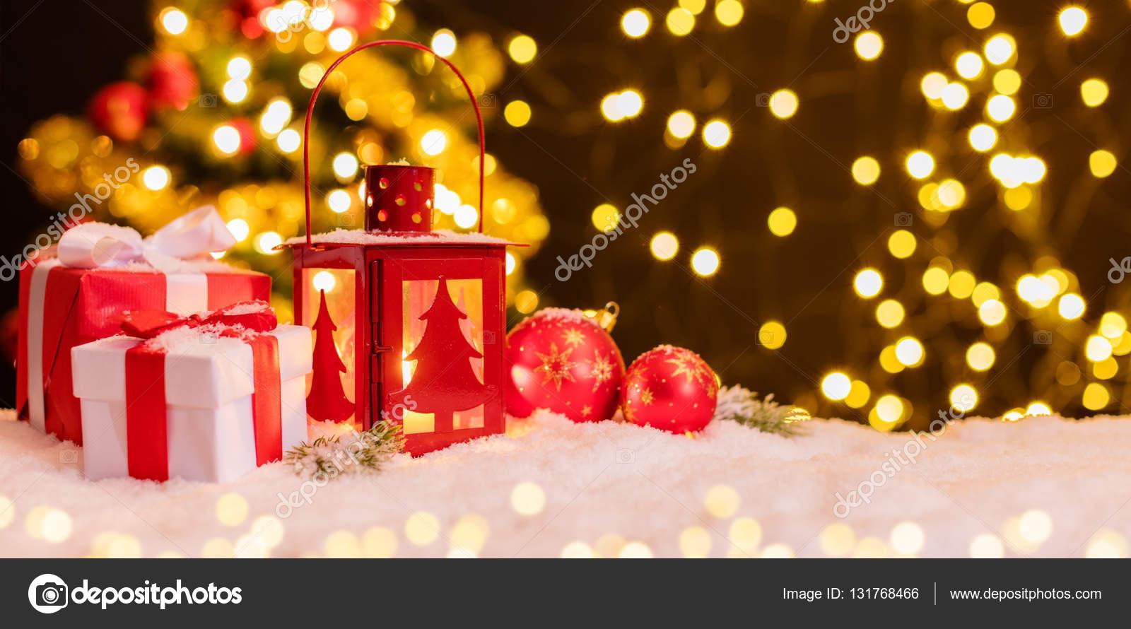https://st3.depositphotos.com/1105977/13176/i/1600/depositphotos_131768466-stockafbeelding-sfeervolle-kerst-vensterbank-met-decoratie.jpg