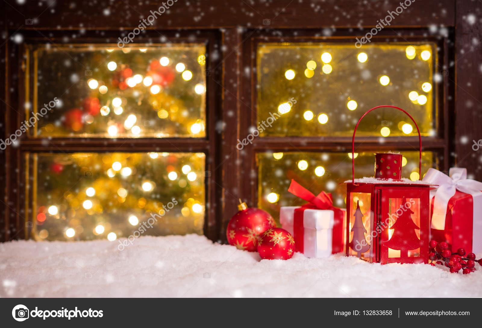 https://st3.depositphotos.com/1105977/13283/i/1600/depositphotos_132833658-stockafbeelding-sfeervolle-kerst-vensterbank-met-decoratie.jpg