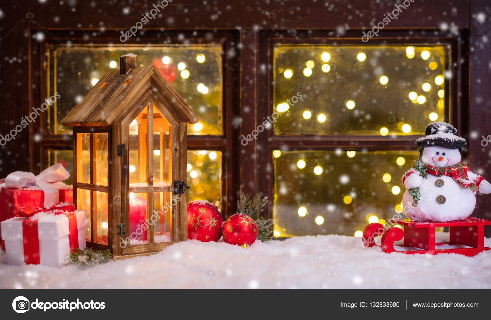 https://st3.depositphotos.com/1105977/13283/i/1600/depositphotos_132833680-stockafbeelding-sfeervolle-kerst-vensterbank-met-decoratie.jpg