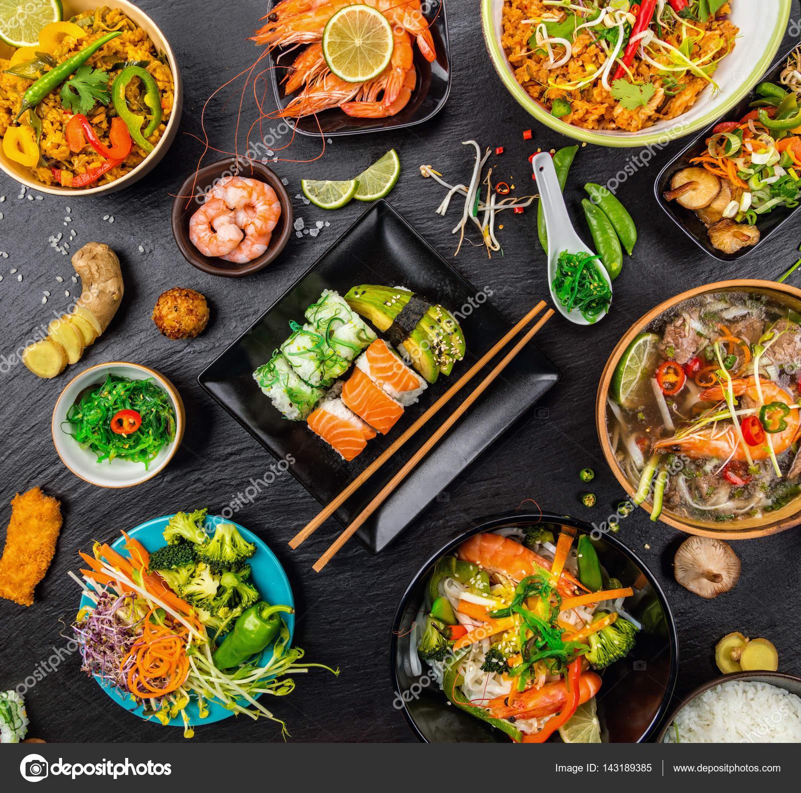 Asiatische Küche asiatische küche serviert auf schwarzem stein ansicht oben