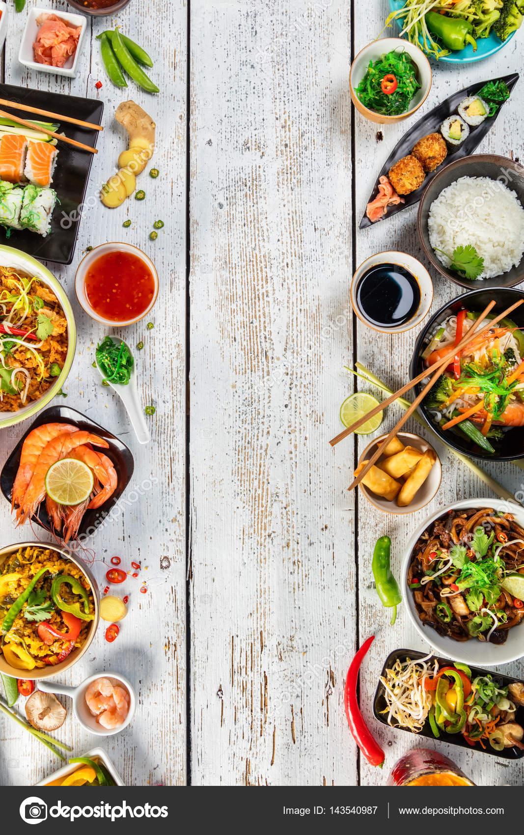 Asiatische Küche asiatische küche serviert auf holztisch draufsicht platz für text