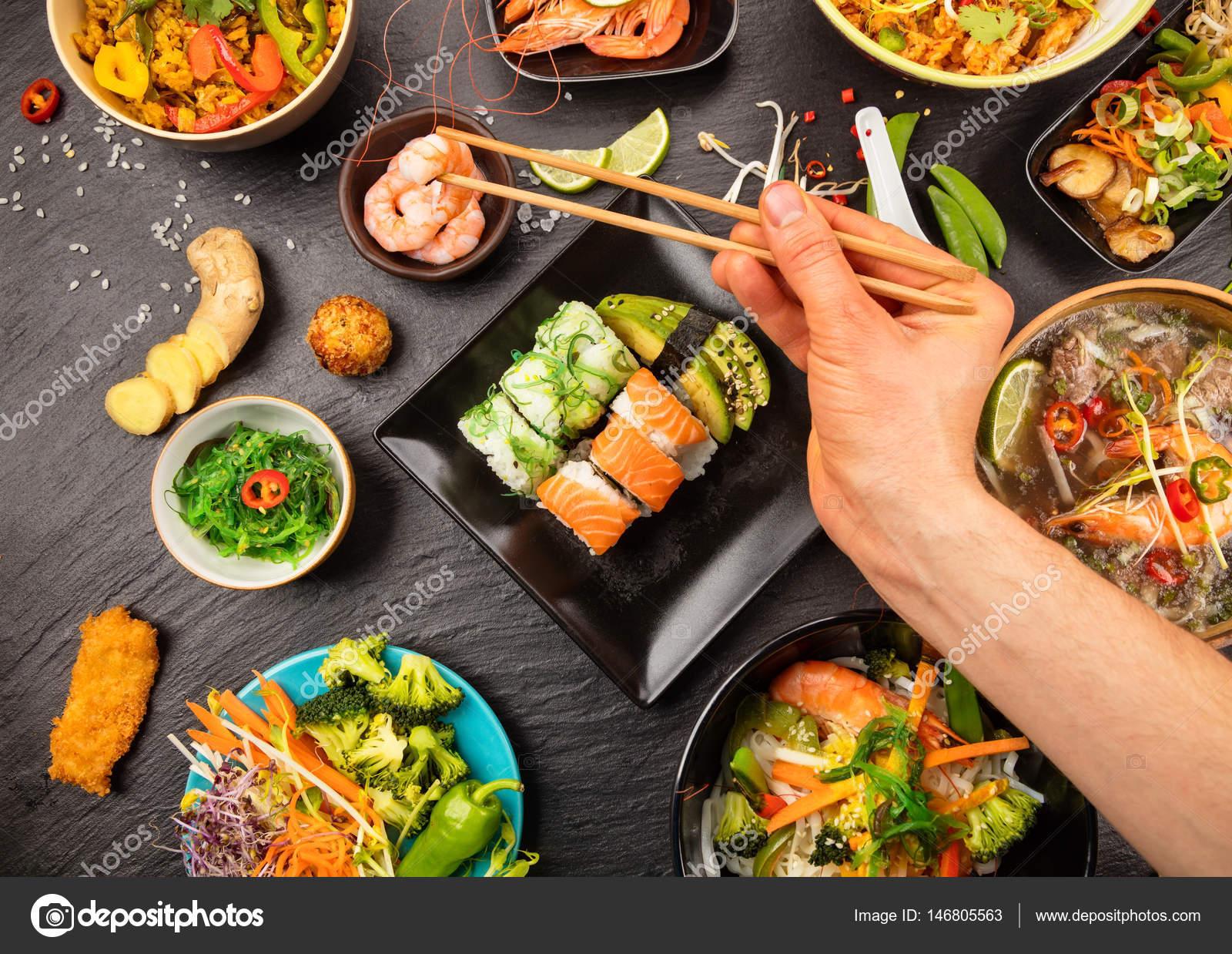 Table de la cuisine asiatique avec différents types de nourriture ...