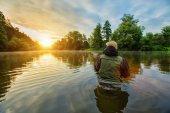 Fotografie Sportovní rybář lovem ryb. Venkovní rybolov v řece