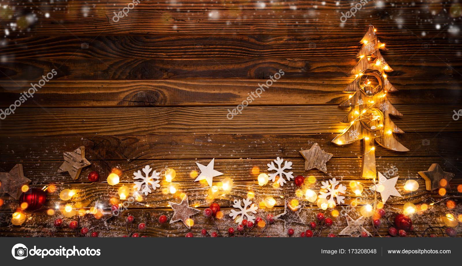 Weihnachten Hintergrund mit Holzdekorationen, Baum und vor Ort ligh ...