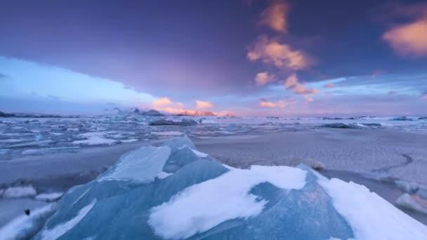 Zeitraffer der schönen Eisberg Lagune in Fjallsarlon mit gefrorenen Eisschollen, Panorama Winterlandschaft in hoher Auflösung. Erderwärmung und schmelzende Eis Konzept