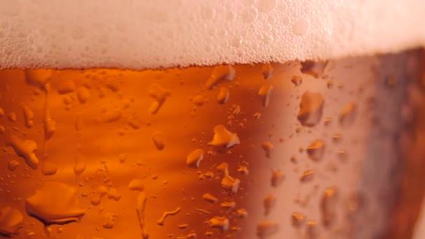 Részlet sör üveg, a buborékok. Közelről sör háttér, lassú mozgás.