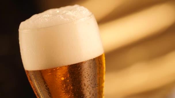 Detail sklenice s bublinkami. Detailní záběr pivo pozadí, pomalý pohyb.