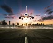 Fotografia Aeroplano commerciale passeggeri sulla pista di atterraggio