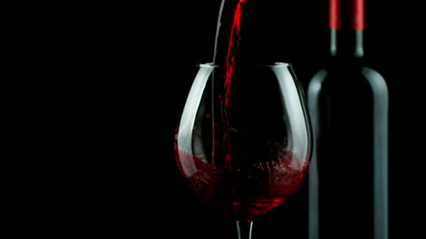 Super zpomalený pohyb nalití červeného vína s dřevěným pozadím. Natočeno na vysokorychlostní kameře, 1000 fps