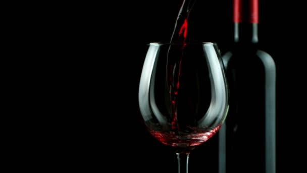 Superzeitlupe, in der Rotwein detailliert in Glas gegossen wird. Gefilmt mit High-Speed-Kinokamera, 1000 fps
