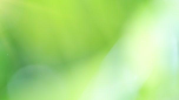 Super pomalý pohyb rozmazané vody kapky na abstraktní zelené pozadí. Natočeno na vysokorychlostní kameře, 1000 snímků za sekundu.