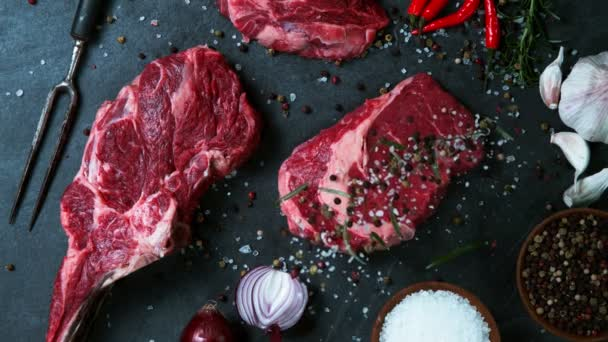 Zpomalený pohyb syrového hovězího steaku. Natočeno na vysokorychlostní kameře, 1000 fps.