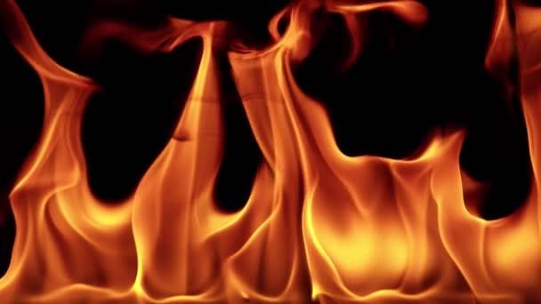 Super pomalý pohyb plamenů izolovaných na černém pozadí v detailu. Natočeno na vysokorychlostní kameře, 1000 fps