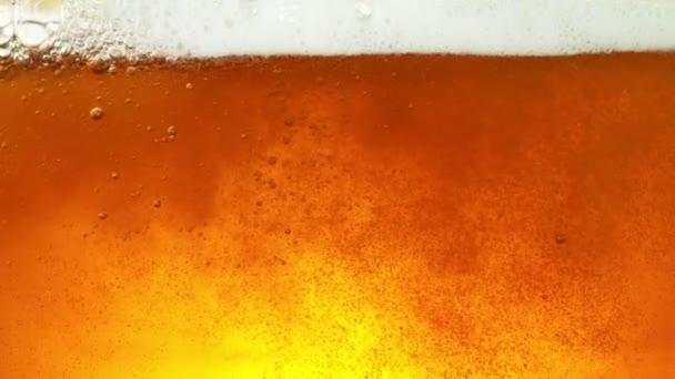 Super zpomalení makro záběru pivního nápoje, zblízka. Natočeno na vysokorychlostní kameře, 1000 fps.