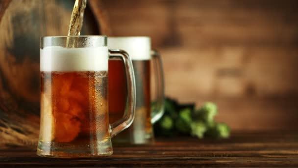 Velmi pomalé nalití piva do skla, umístěné na dřevěném podkladu. Natočeno na vysokorychlostní kameře, 1000 fps.