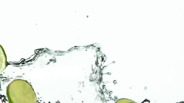 Super pomalý pohyb vápencových plátků s vodou stříkající na bílém pozadí. Natočeno na vysokorychlostní kameře, 1000 fps.