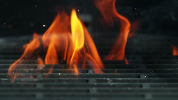 Super zpomalený pohyb plamenů s prázdnou grilovací mřížkou. Natočeno na vysokorychlostní kameře, 1000 fps