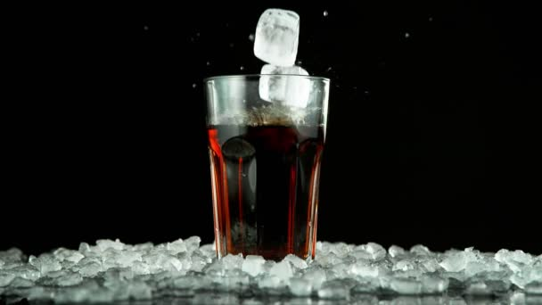 Super-Zeitlupe fallender Eiswürfel in Cola-Drink. Gefilmt mit High-Speed-Kinokamera, 1000fps.