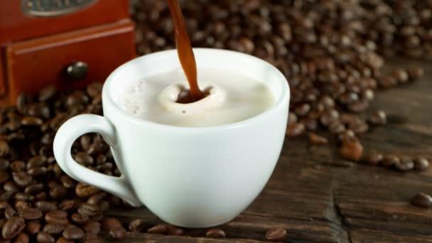 Super zpomalený pohyb nalévání kávy do šálku v detailu. Natočeno na vysokorychlostní kameře, 1000fps