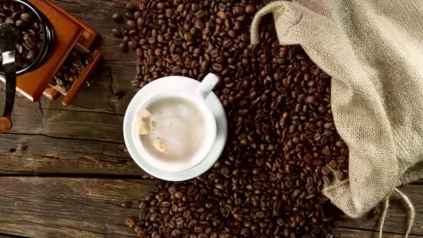 Szuper lassított felvétel cukornádból kávéscsészébe. Nagysebességű mozi kamera, 1000 fps.