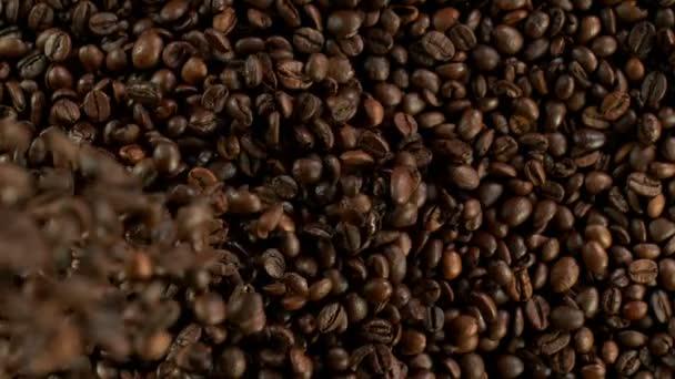 Szuper lassított felvétel zuhanó kávébabról. Nagysebességű mozi kamera, 1000 fps.