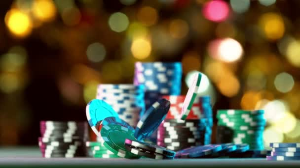 Super zpomalený pohyb padajících pokerových žetonů na stůl. Natočeno na vysokorychlostní kameře, 1000fps.