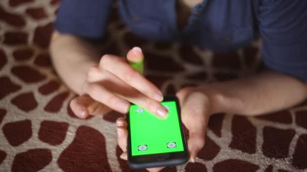 couvre lit jeune Jeune femme jouant avec le smartphone à la maison sur girafe  couvre lit jeune