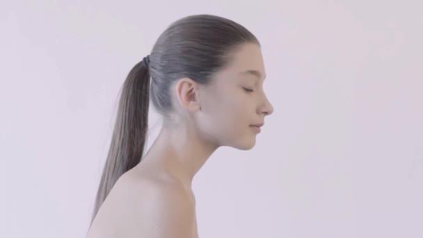 Detailní krásy portrét žena tvář s jasnýma očima. Koncept péče o pleť.