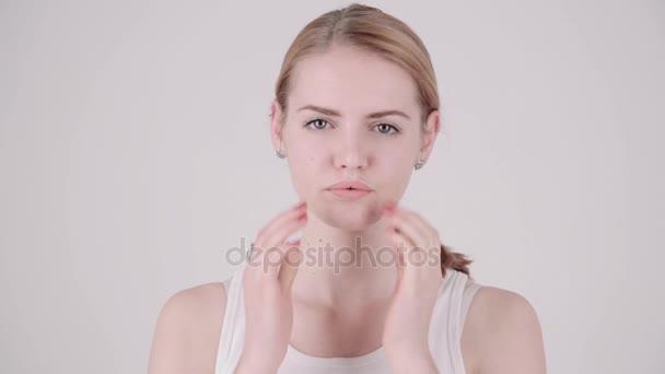 Portrét krása. Krásná žena Spa dotýká její tvář. Dokonalé čerstvé kůže. Mládí a koncepce péče o pokožku. Kopírovat text prostoru