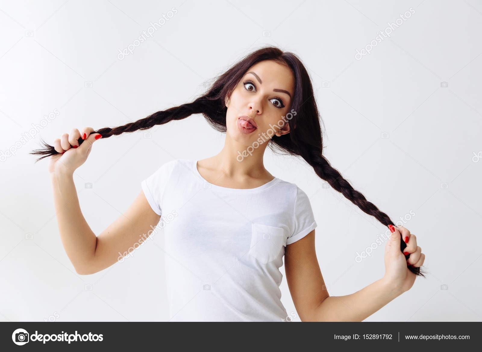 Красавица с косичками сексуальная девушка показывает