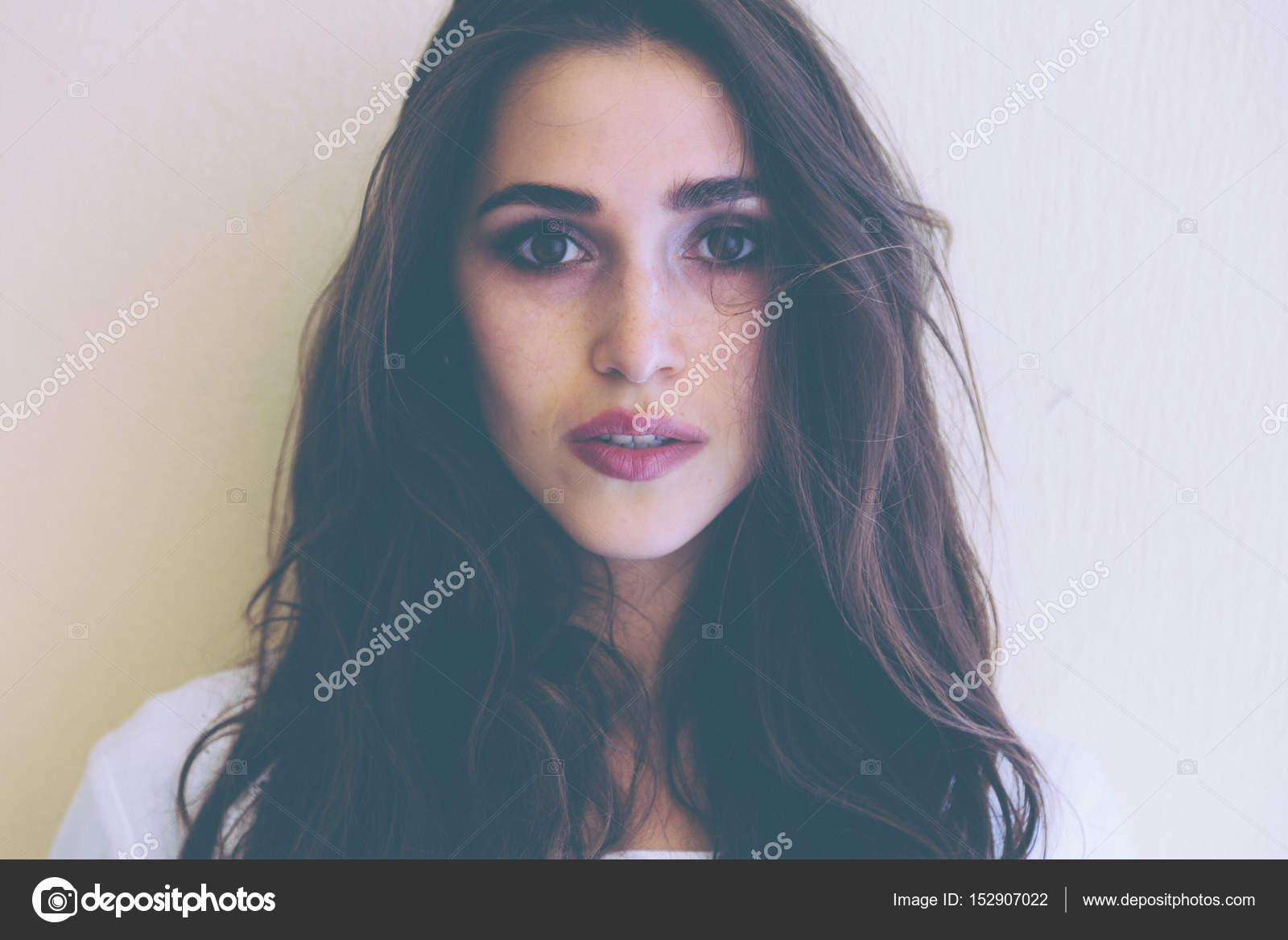 Schönheit Modell Frau Mit Langen Braun Gewellte Frisur Auf Gelbem