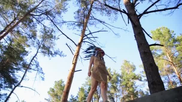 Native American Indian suchen schöne Frau im Wald spazieren