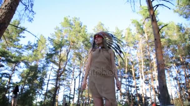 Indianisch aussehende schöne Frau, die im Wald spazieren geht