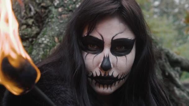 Videos De Maquillaje De Halloween.Mujer Joven En Blanco Y Negro De Miedo Halloween Maquillaje Y Fuego Antorcha Mirando A Camara