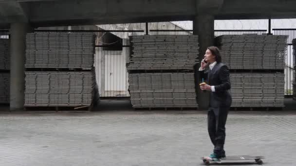 Ufficio In Latino : Giovane attraente business uomo ufficio lavoratore equitazione