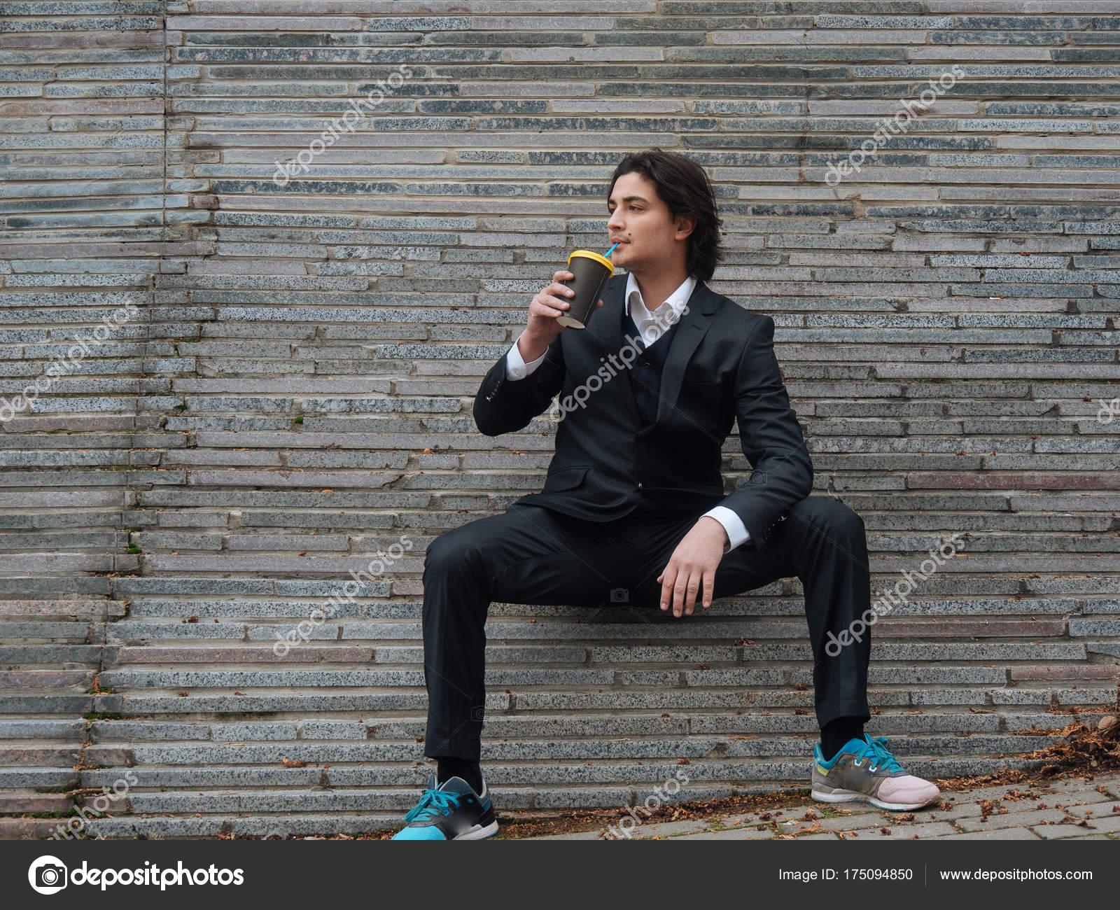 Ufficio In Latino : Lavoratore di ufficio uomo d affari attraente giovane pronto a